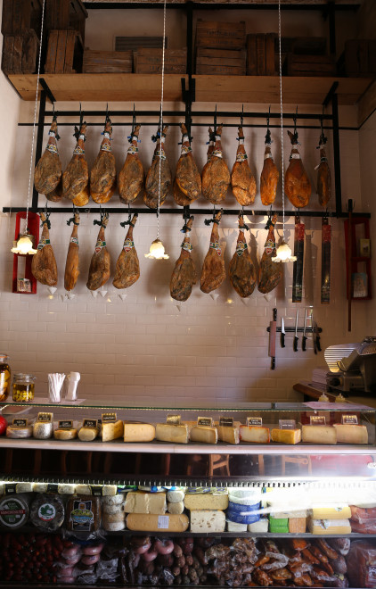 we can find typical food of the earth, in this tavern's newsprint (ham, cheese, smoked and cured meats), cartridges (seafood), tapas and sandwiches (which of them is more cool are called focaccia)