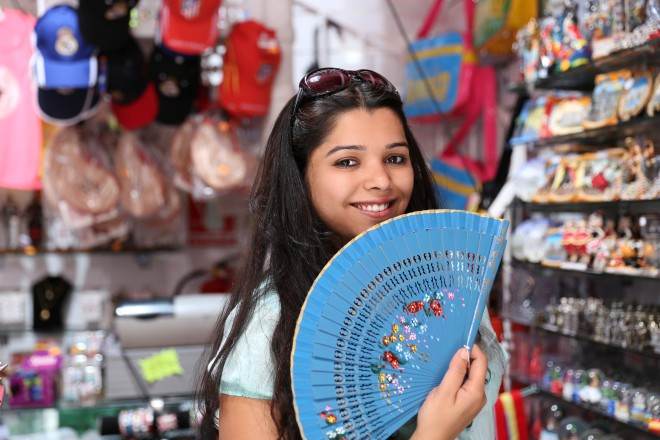 For centuries, hand fans made in Spain have been worldwide recognized by its beauty and artisan quality.