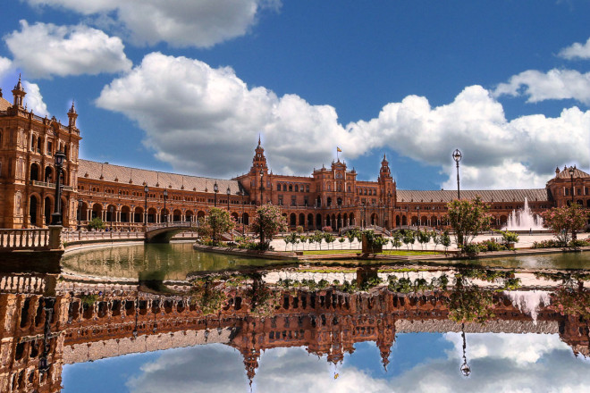 The Plaza de España, designed by Aníbal González, was a principal building built on the Maria Luisa Park's edge to showcase Spain's industry and technology exhibits